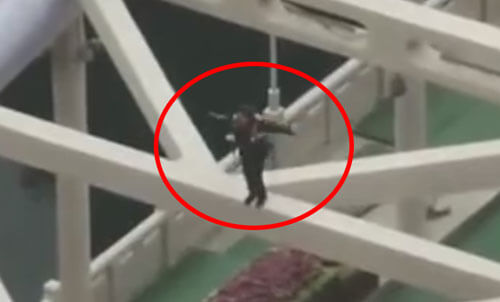 девушка на высоком мосту