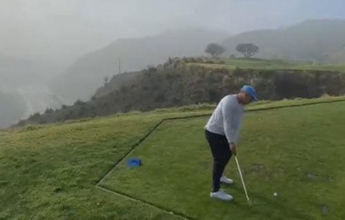 неловкий гольфист потерял клюшку