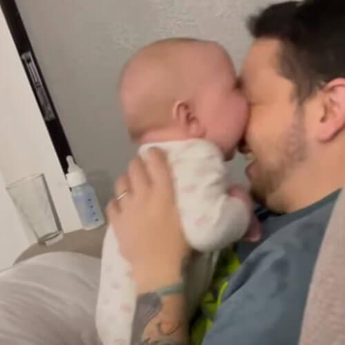 малыш хочет откусить отцу нос