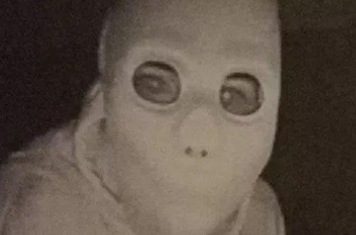 жуткий незнакомец в маске