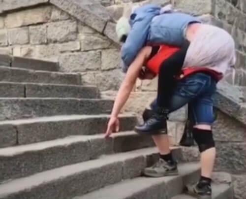 любящий муж носит жену на гору