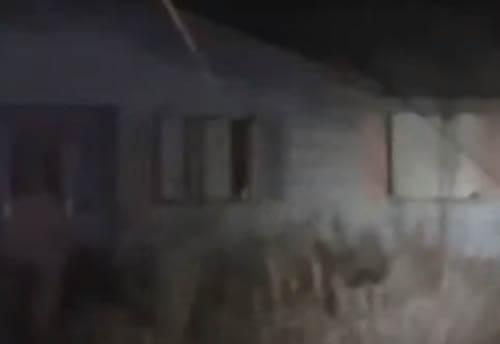 призрак в окне заброшенного дома