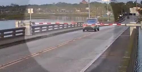 водитель на разводном мосту