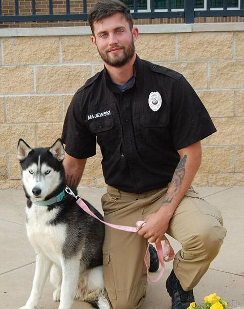 привлекательный мужчина с собакой