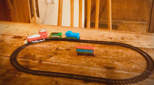 крушение игрушечного поезда