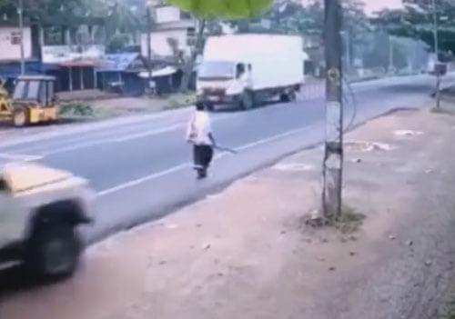 везучий прохожий и грузовик