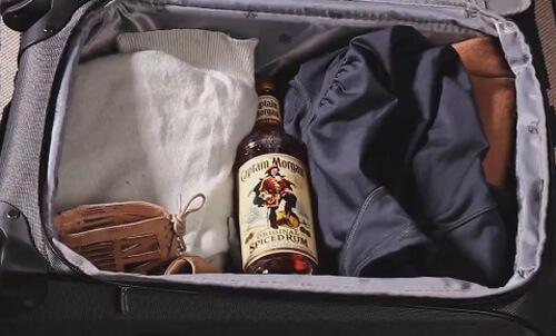 стеклянная бутылка в чемодане