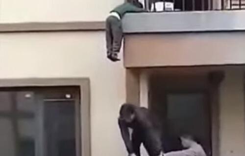 малыш свисавший с балкона