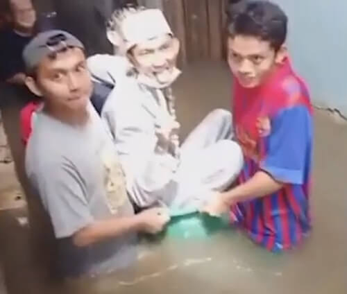 жених с невестой и наводнение