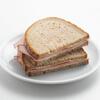 ребёнок с бутербродом с ветчиной