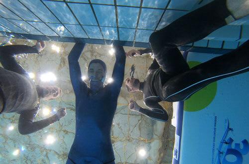 фридайвер долго не дышит под водой