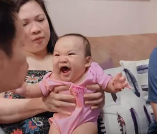 малышка не хочет чтобы её целовали