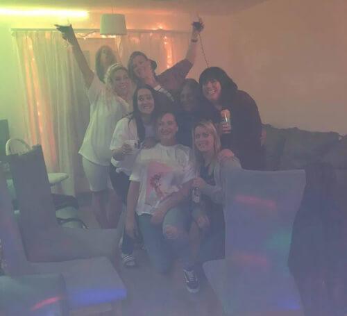 призрак на фото веселящихся друзей