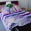 хозяйка сделала уборку в спальне