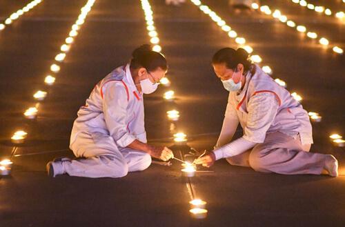 картина из сотен тысяч свечей