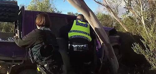 полицейскую машину перевернули