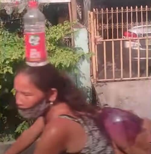 бутылка с водой на голове