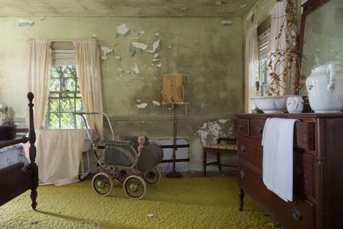 старый дом с жутковатыми куклами