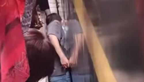 ребёнок между поездом и платформой