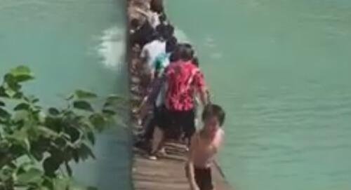 туристы покачались на мосту