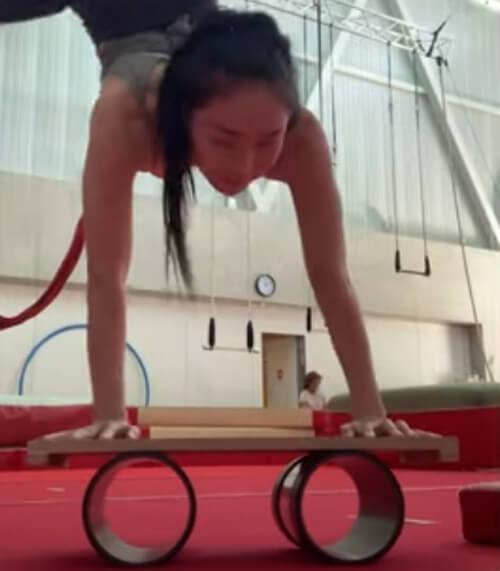 сложный трюк гимнастки