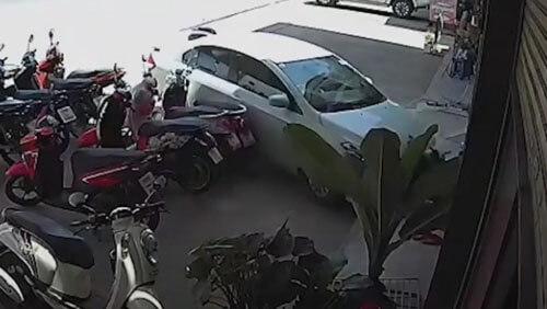 машина протаранила магазин