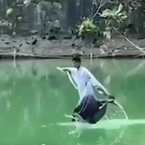 туристы летают над водой