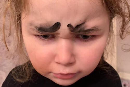 внучка нарисовала себе брови