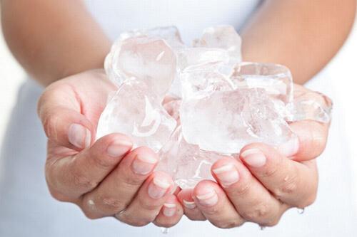 кормление малыша кубиками льда
