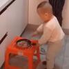 малыш готовит пищу