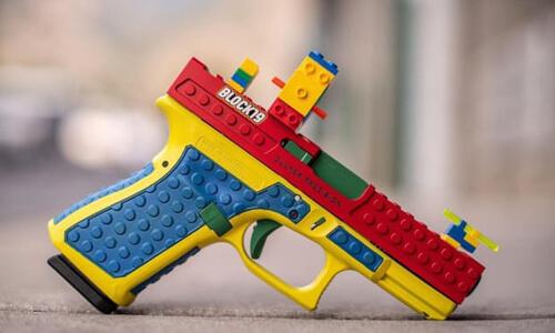 пистолет похож на игрушку