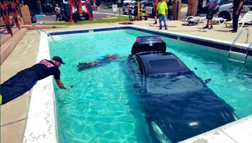 машину искупали в бассейне