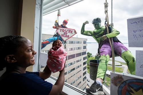 мойщики окон в детской больнице