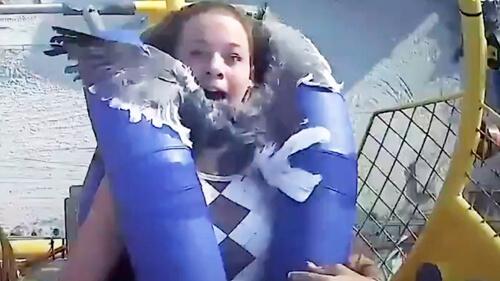 чайка врезалась в девочку
