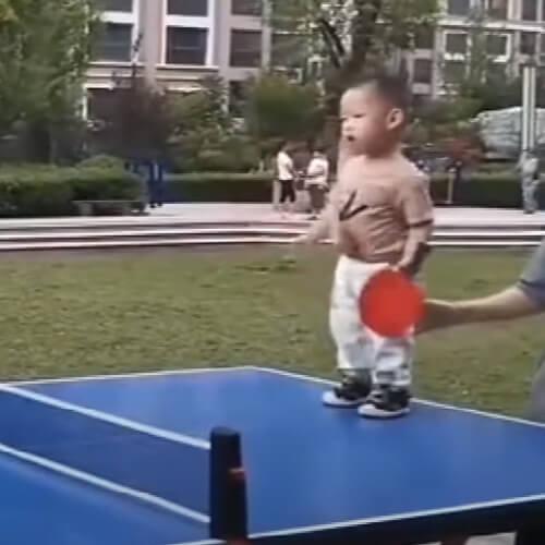 малыш играет в пинг-понг