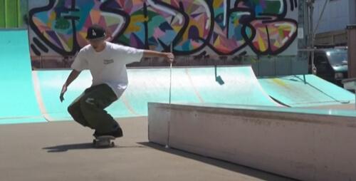 скейтбордист катается на ощупь