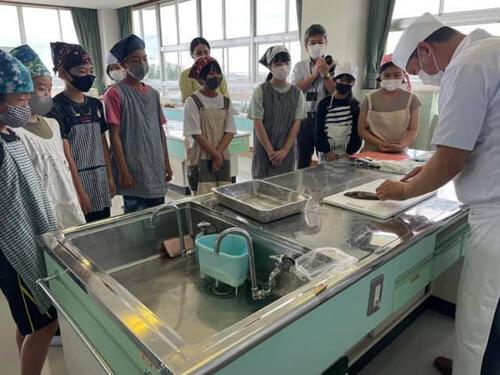 школьники ухаживают за рыбами