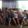 девушки передвинули машину