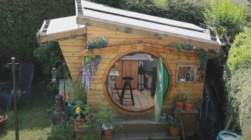 домик хоббитов в саду