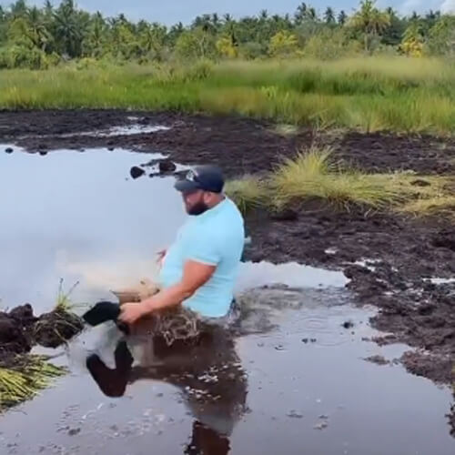 турист искупался в грязной воде
