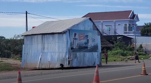 дом ползёт по улице