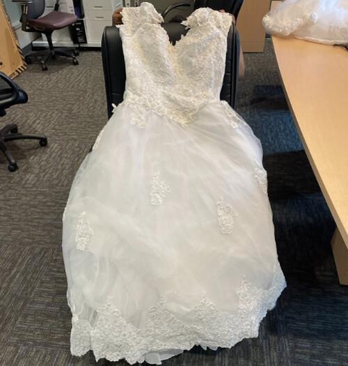 свадебное платье на обочине