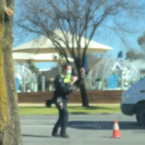 полицейский танцует на службе