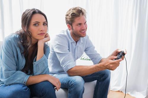 муж играет в видеоигры