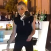 женщина в баре показывает трюки