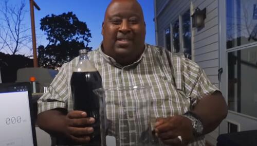 мужчина выпил два литра газировки