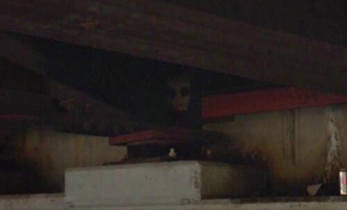 жуткий клоун под мостом