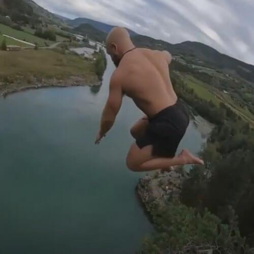 ныряльщик прыгнул с утёса