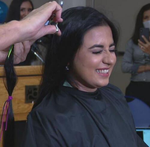 женщина постригла длинные волосы
