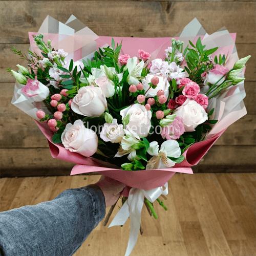 Хотя цветы всегда остаются востребованными и часто становятся подарками любимым и родным, все же и в оформлении букетов существует мода.